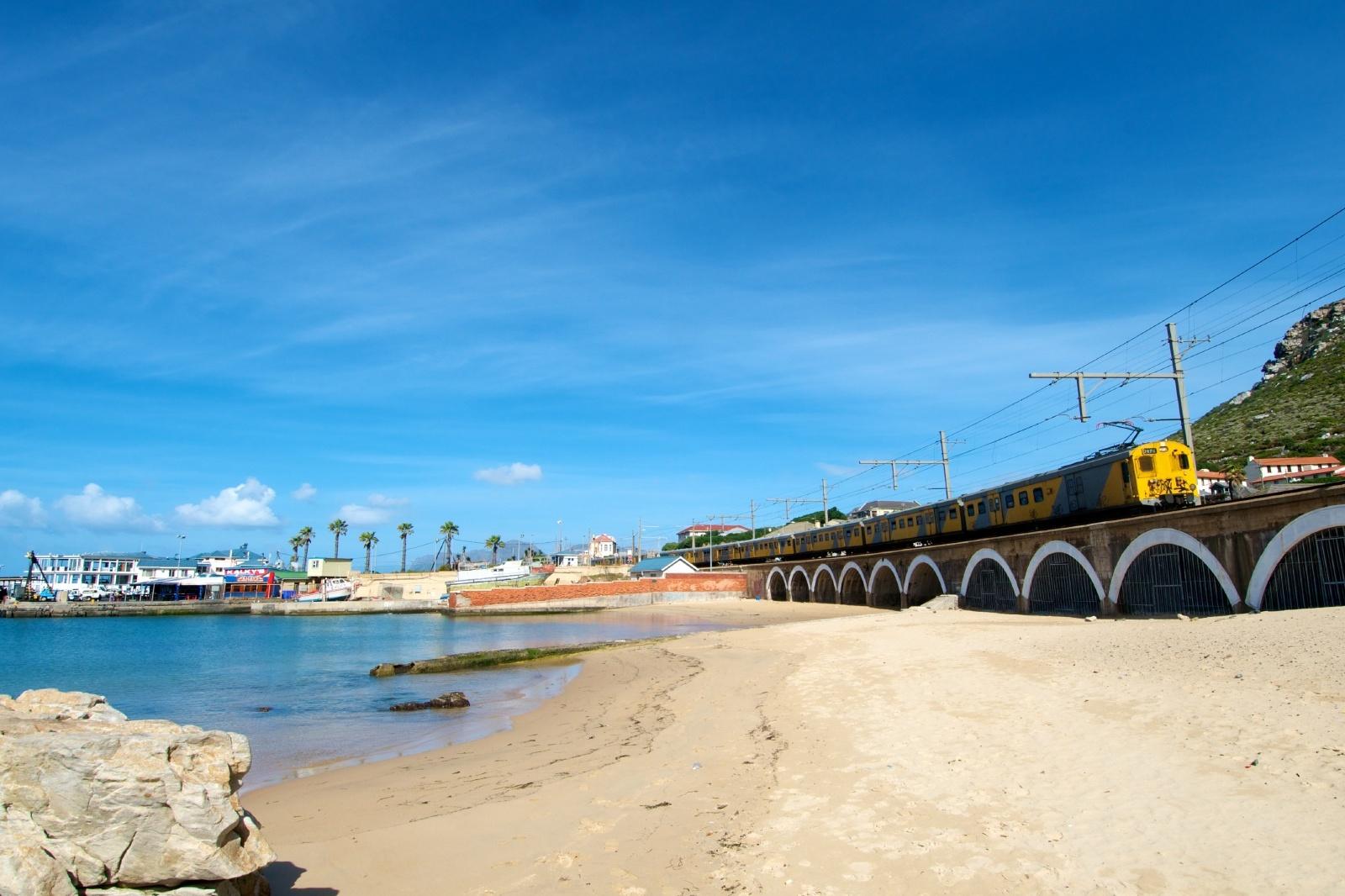 ケープタウンのビーチ沿いをゆく列車 南アフリカの鉄道風景
