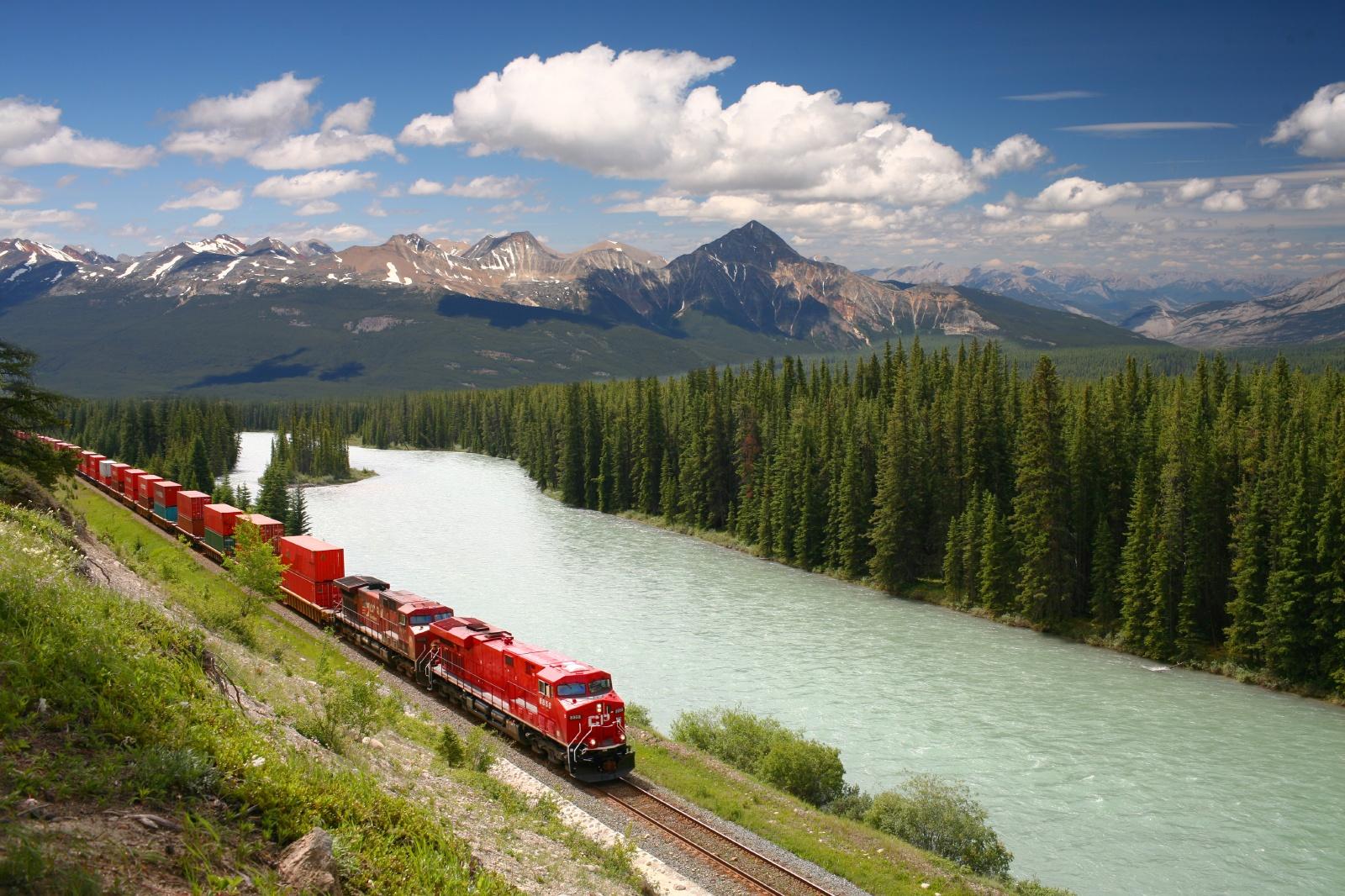 ボウ川沿いをゆく貨物列車 カナダの鉄道風景