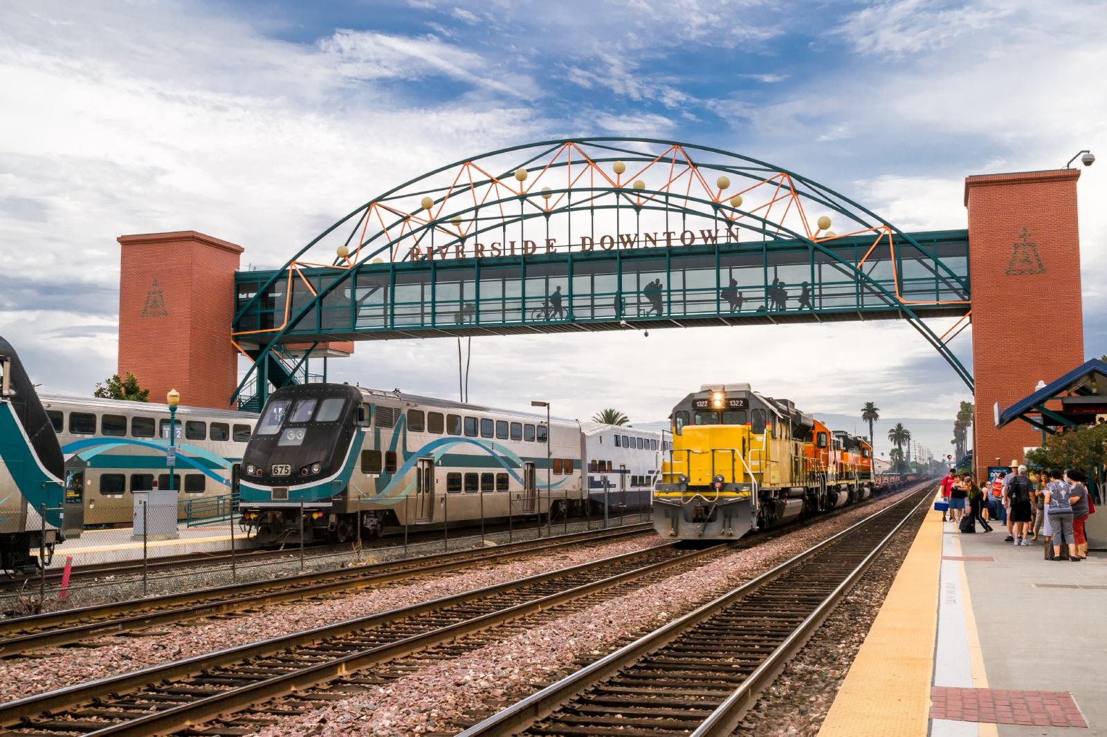 リバーサイド・ダウンタウン駅 アメリカの鉄道風景