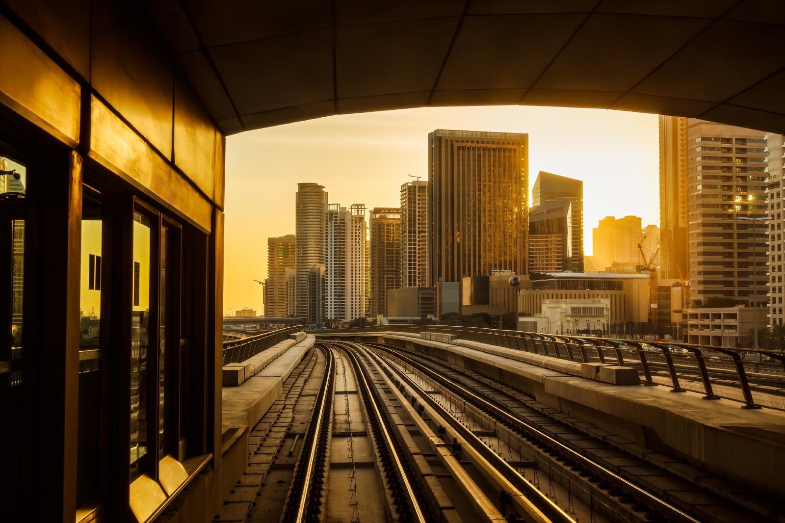 メトロから見た夕暮れのドバイ ドバイの鉄道風景
