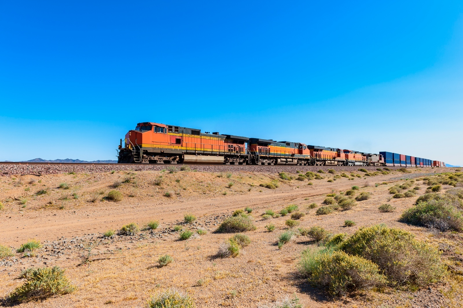 モハベ砂漠を行く貨物列車 アメリカの鉄道風景