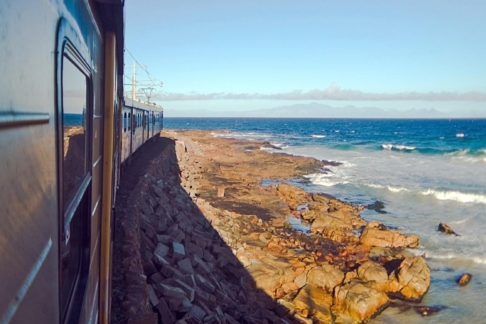 インド洋を眺めながら走る鉄道 南アフリカの鉄道風景