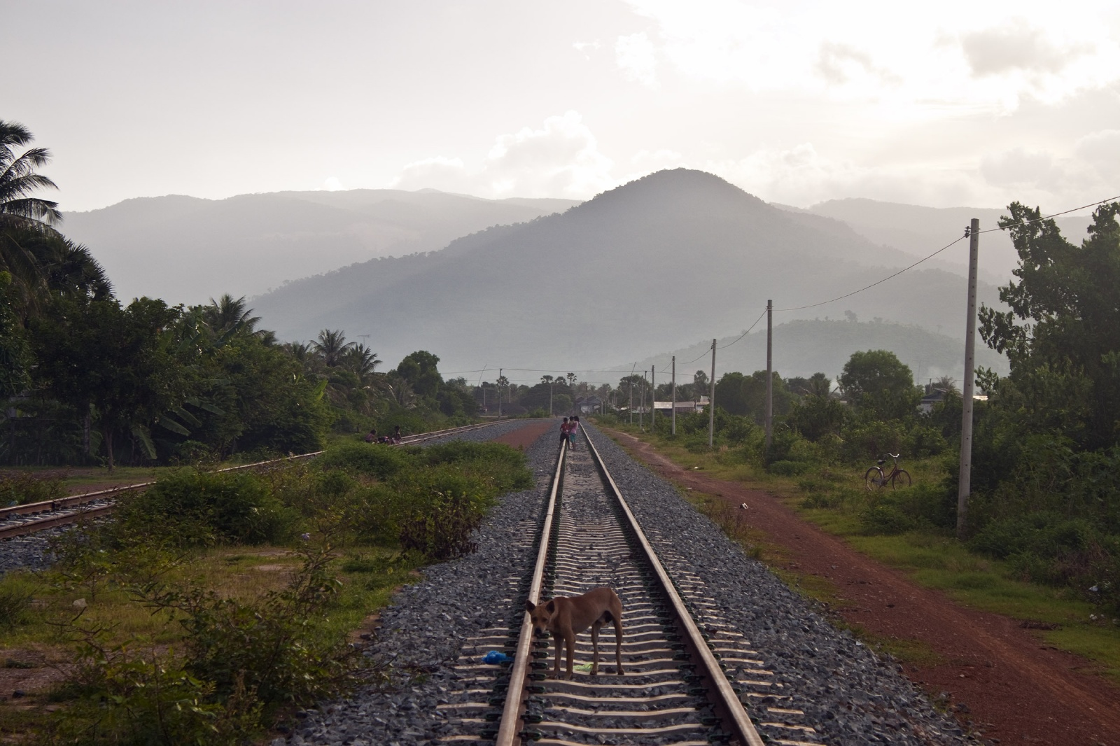 夕暮れの鉄路 カンボジアの鉄道風景
