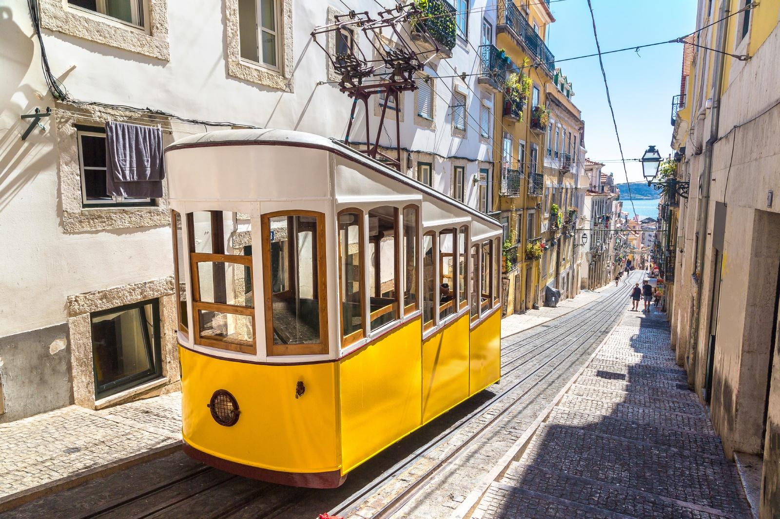 リスボンの旧市街を走るケーブルカー ポルトガルの鉄道風景