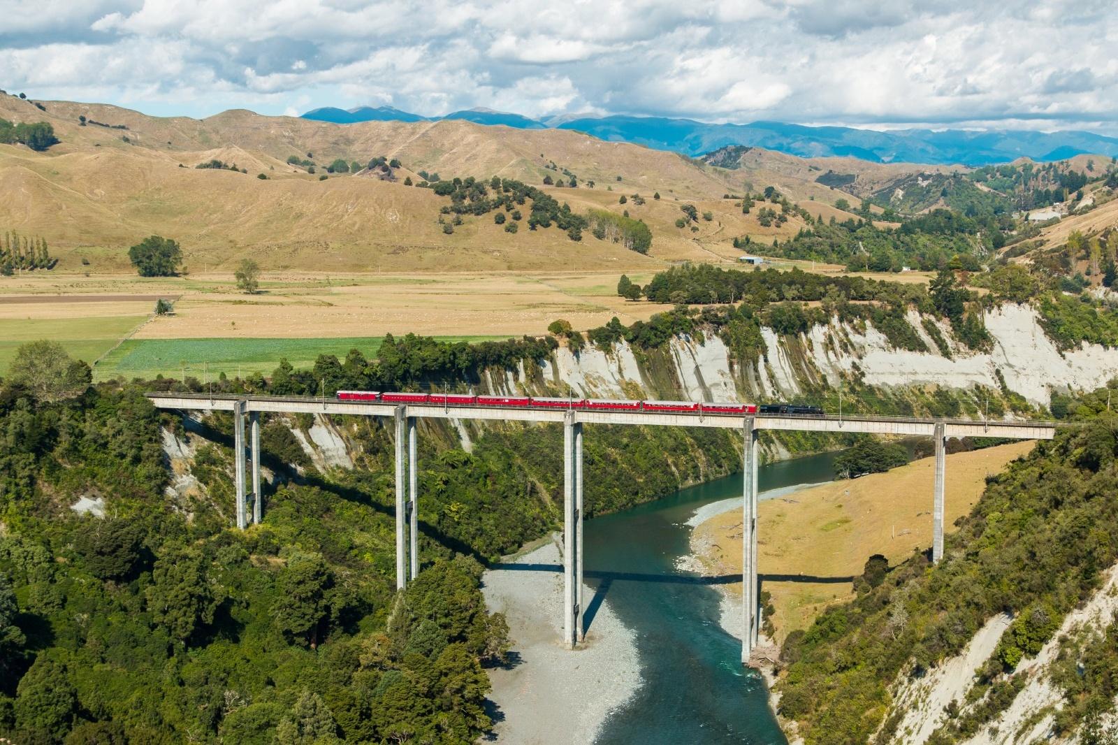 ランギティケイ川にかかる橋を渡る列車 ニュージーランドの鉄道風景