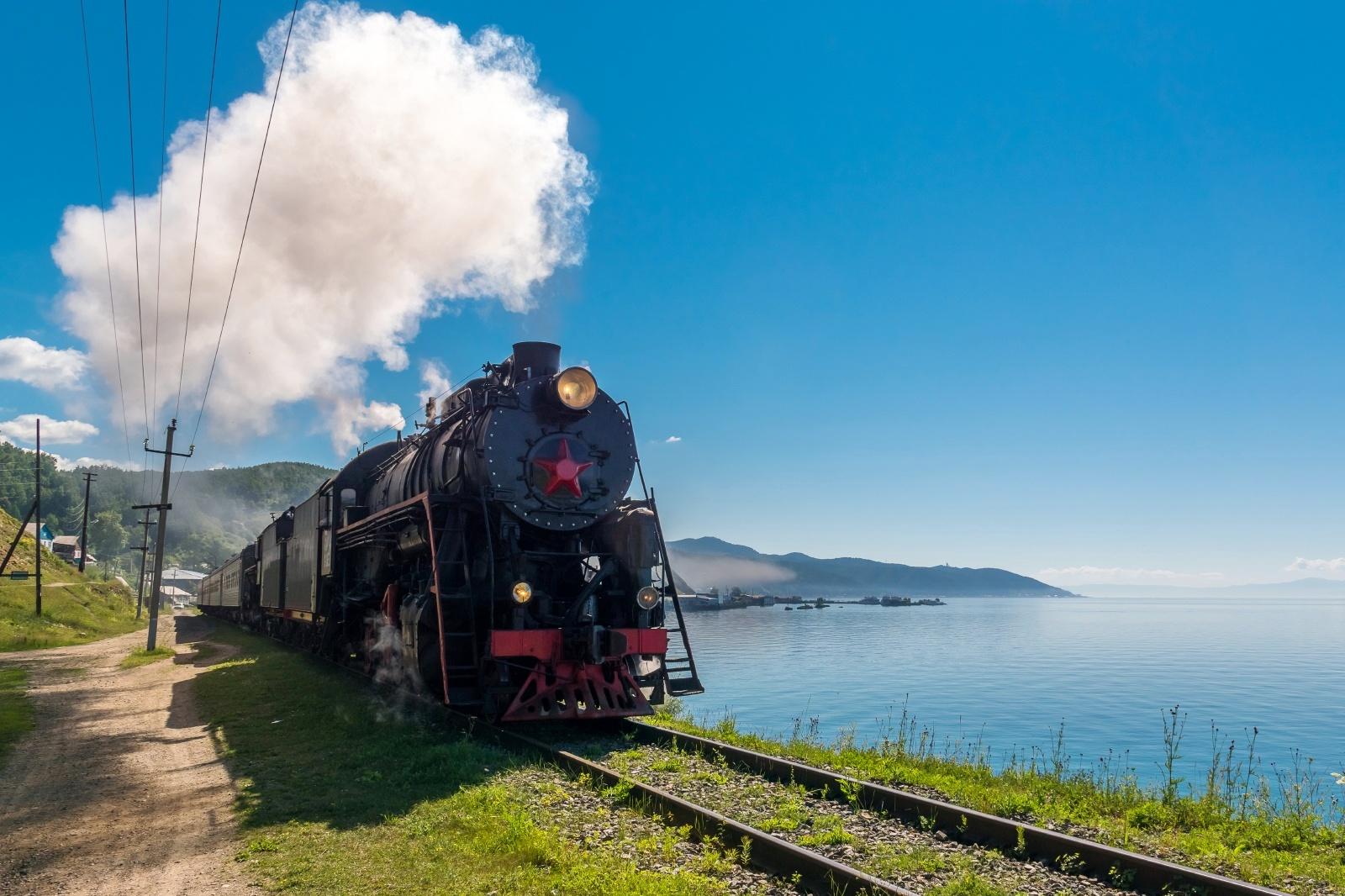 バイカル湖畔を走る蒸気機関車 ロシアの鉄道風景