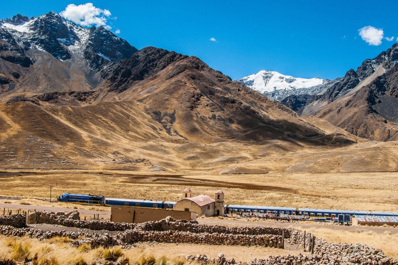標高4335メートルの駅 ペルーの鉄道風景