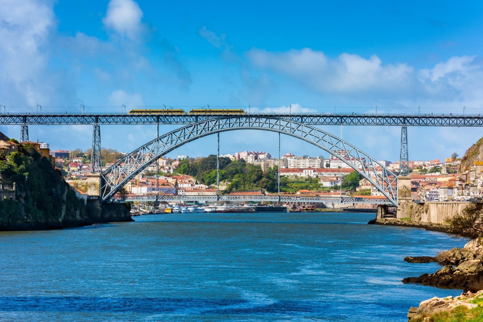 ドン・ルイス1世橋を渡るメトロ ポルトガルの鉄道風景