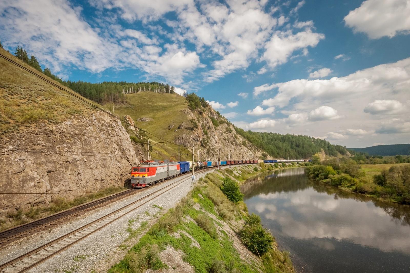 バイカル湖のそばをゆく貨物列車 ロシアの鉄道風景