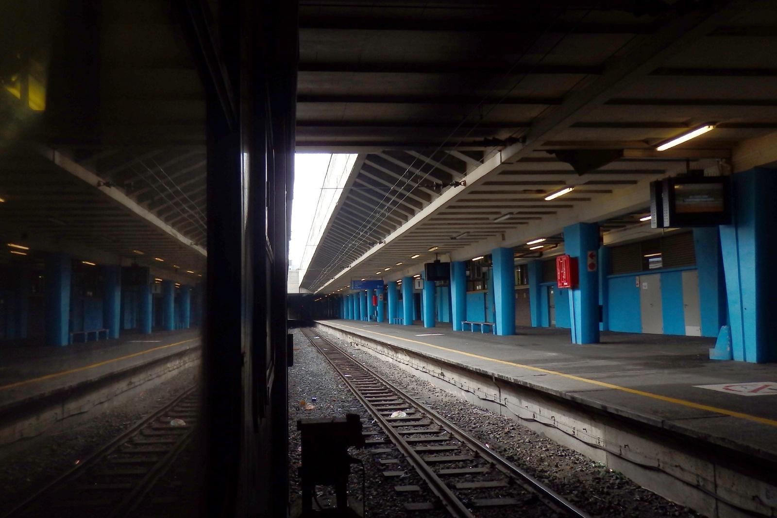 ケープタウン中央駅のプラットフォーム 南アフリカの鉄道風景