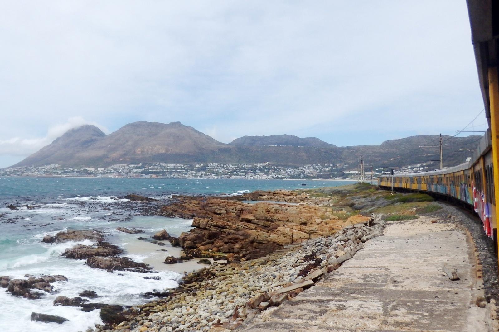 海沿いをゆく電車 南アフリカの鉄道風景