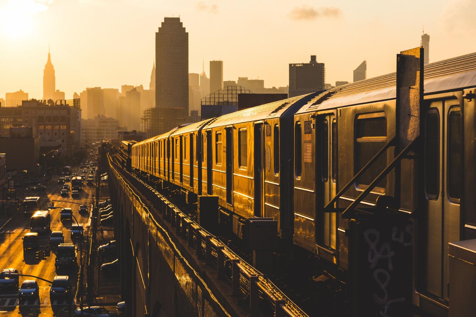 夕日を浴びて走るニューヨークの地下鉄 アメリカの鉄道風景