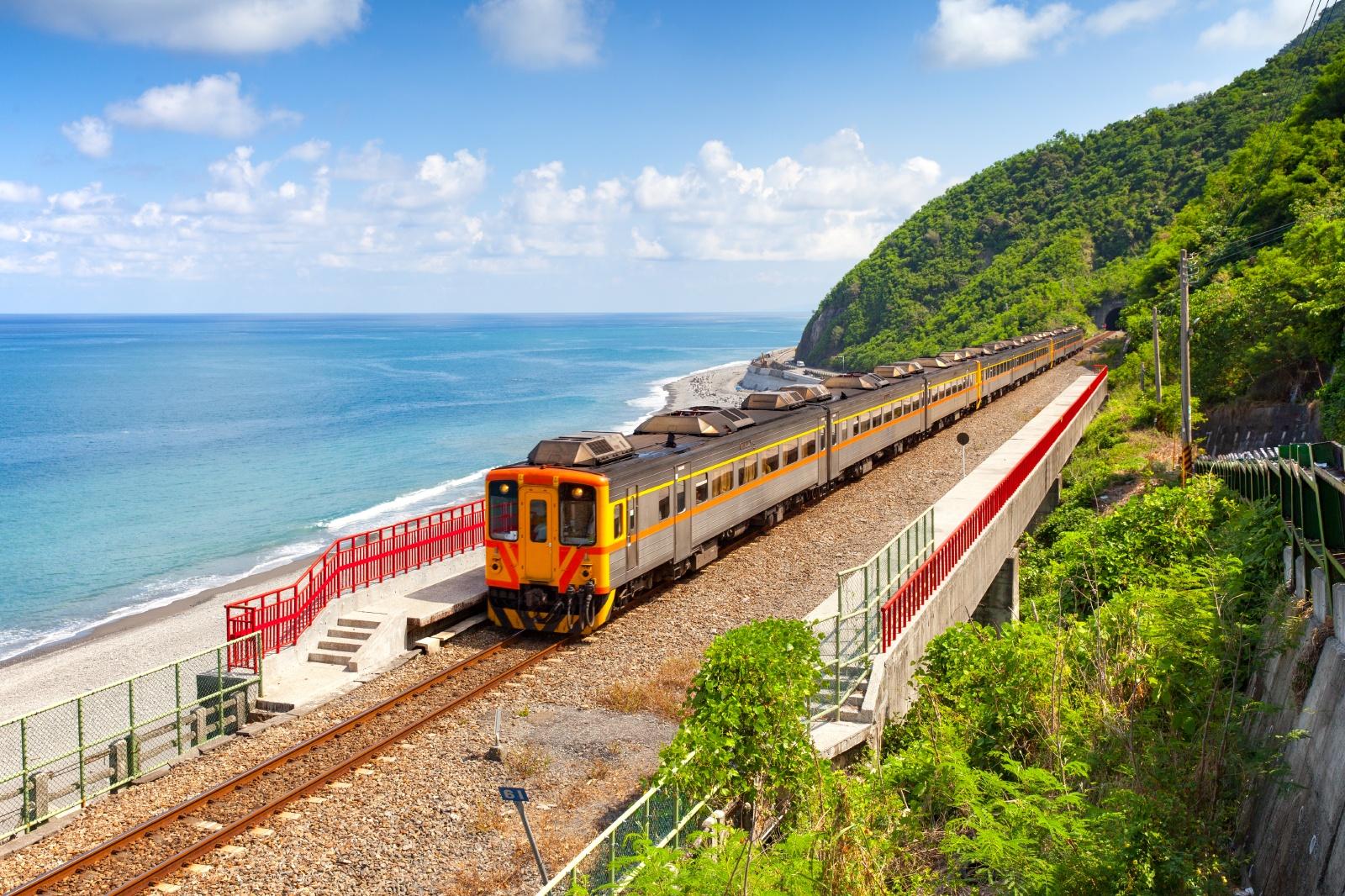 台湾で最も美しい駅「多良駅」に近づく列車 台湾の鉄道風景