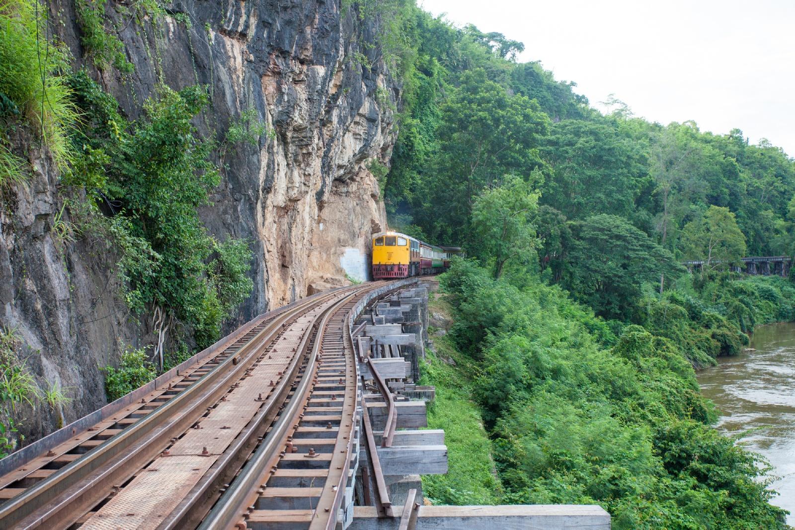 カンチャナブリーの山間部を行く鉄道 タイの鉄道風景