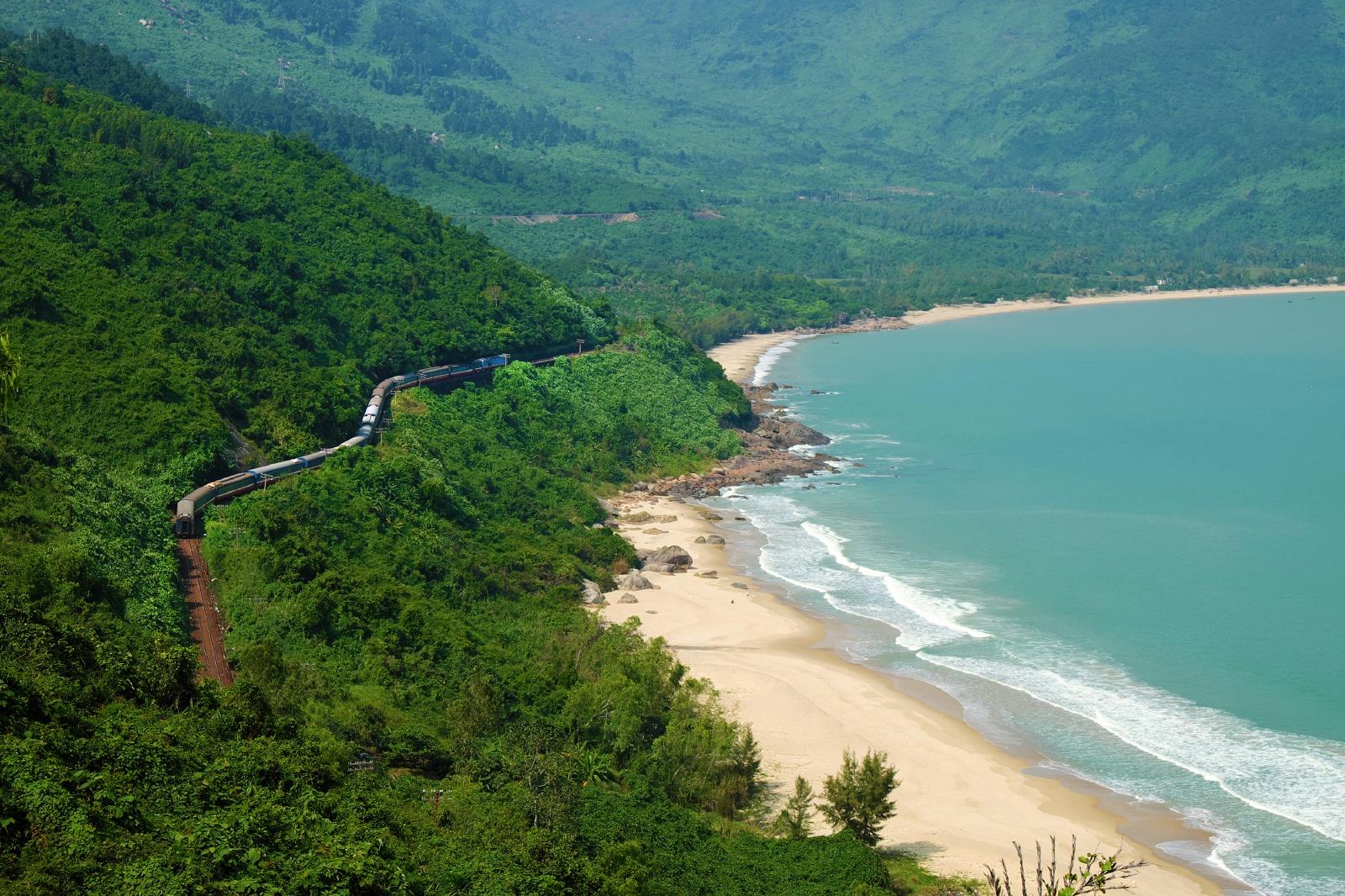 ラン・コー・ビーチそばをゆく列車 ベトナムの鉄道風景