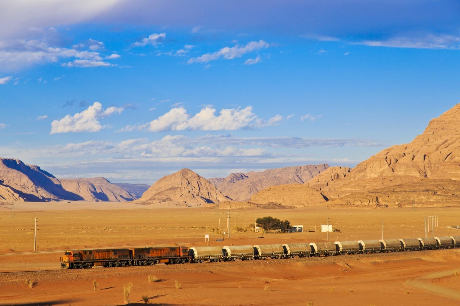 アラブの砂漠を行く貨物列車 中東の鉄道風景
