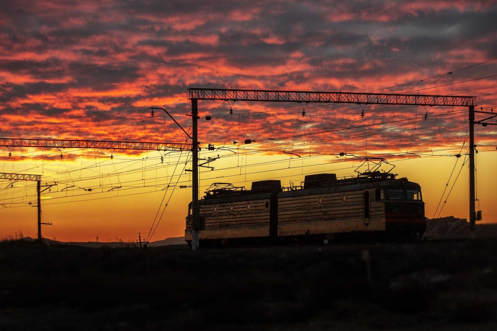 夕焼け空の下を走る機関車