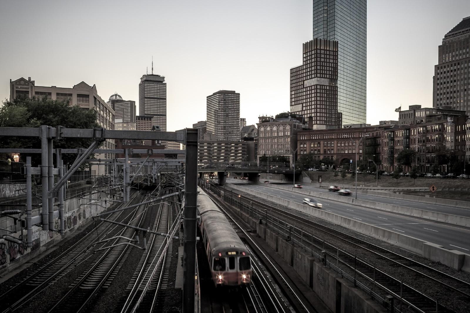 高層ビル群をバックに走るボストンの鉄道 アメリカの鉄道風景