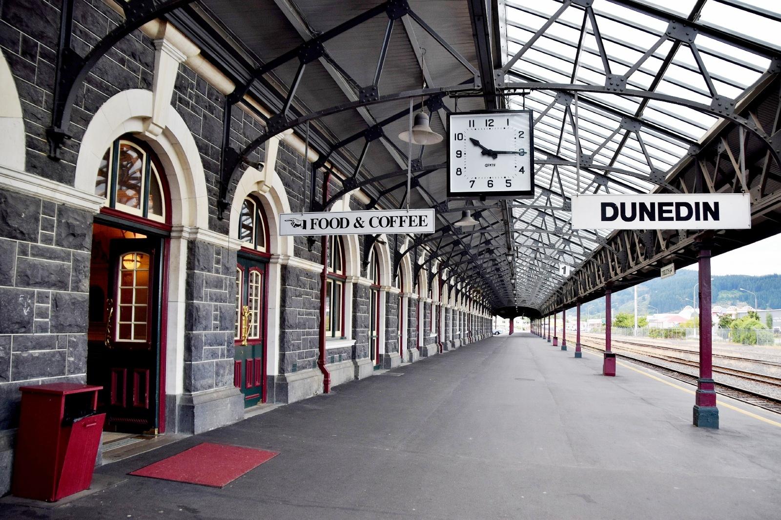 ダニーデン駅 ニュージーランドの鉄道風景