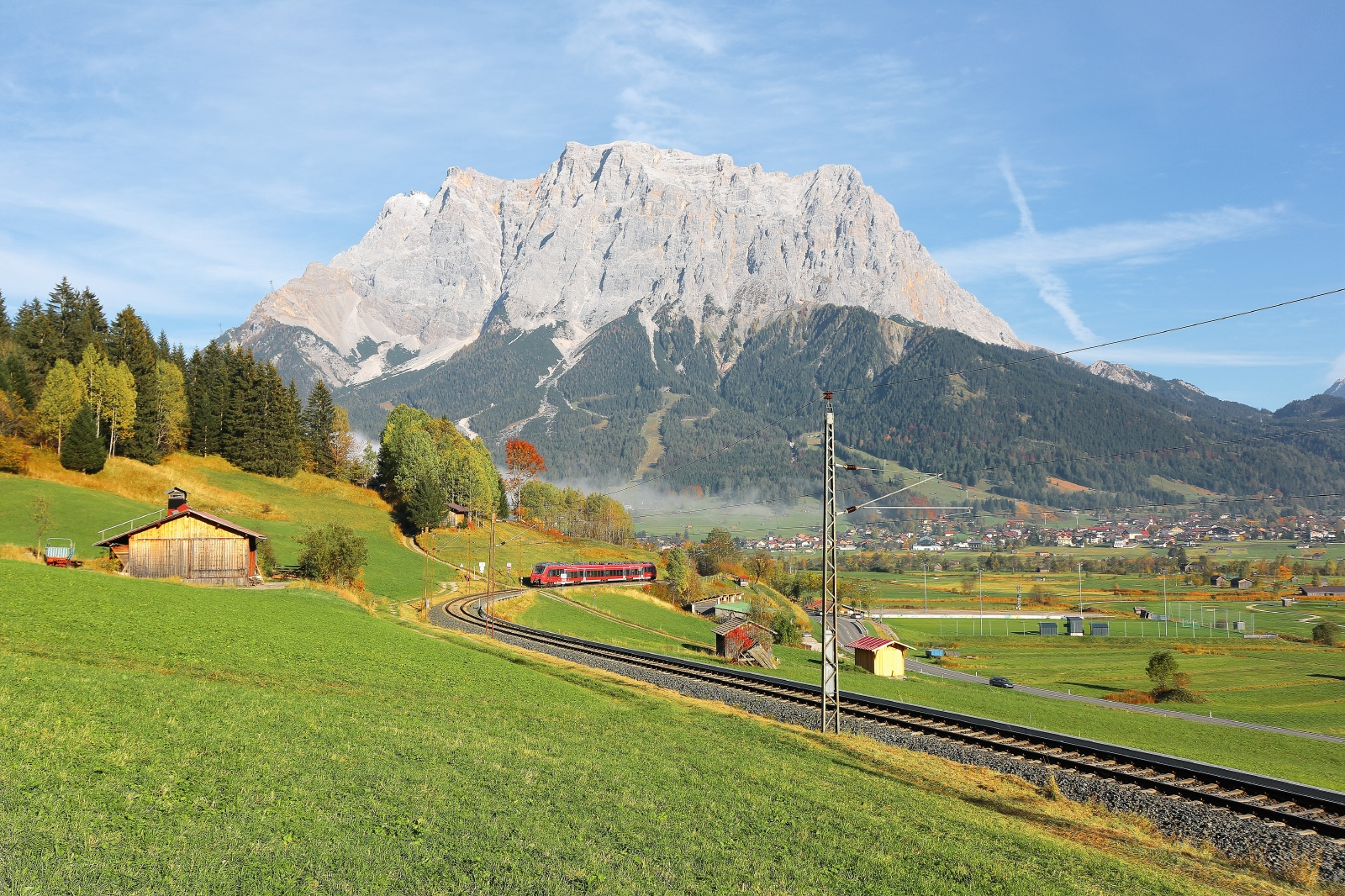 ツークシュピッツェの山をバックに走る鉄道 オーストリアの鉄道風景