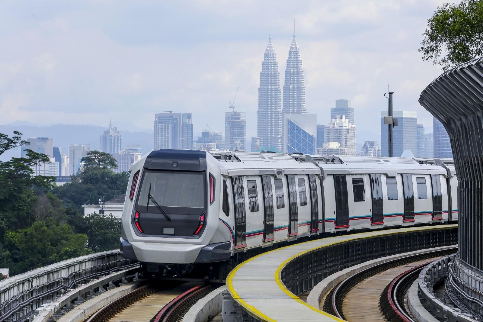 クアラルンプールを走るMRT マレーシアの鉄道風景