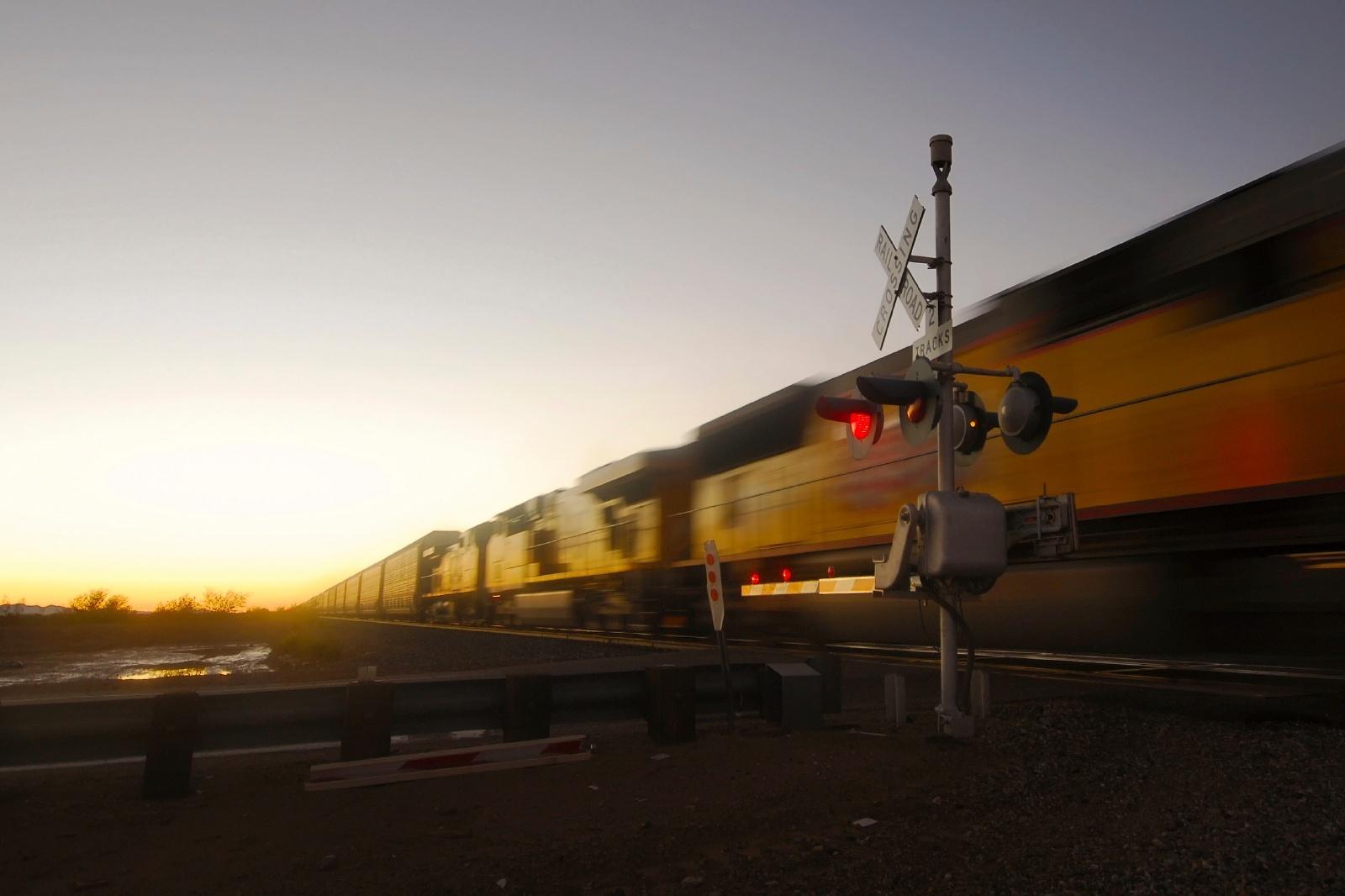 明け方の貨物列車 アメリカの鉄道風景