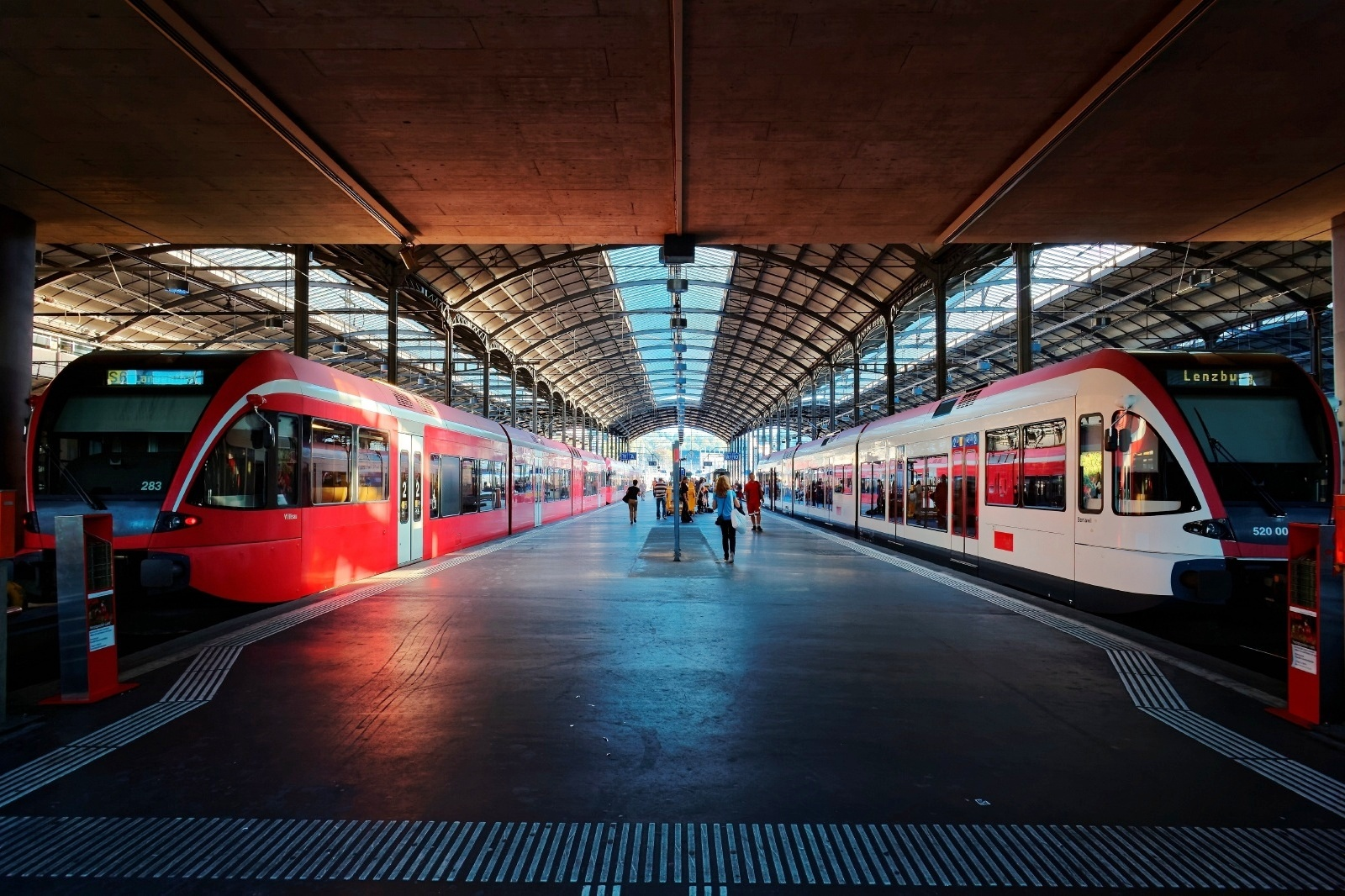 ルツェルン中央駅のプラットフォームの風景 スイスの鉄道風景