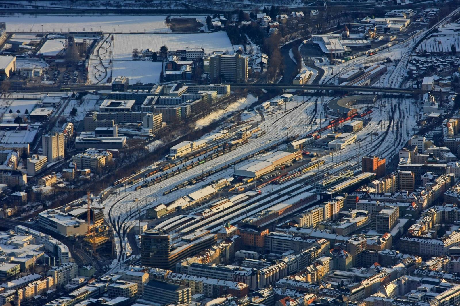 雪のインスブルック駅 オーストリアの鉄道風景