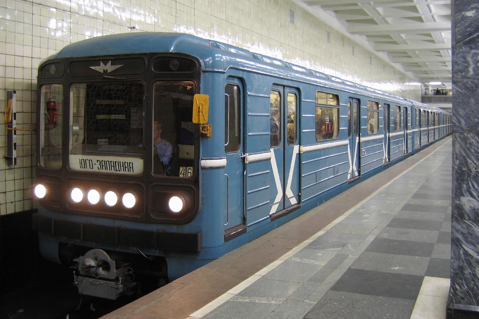 モスクワの駅に停車するロシアの地下鉄 ロシアの鉄道風景