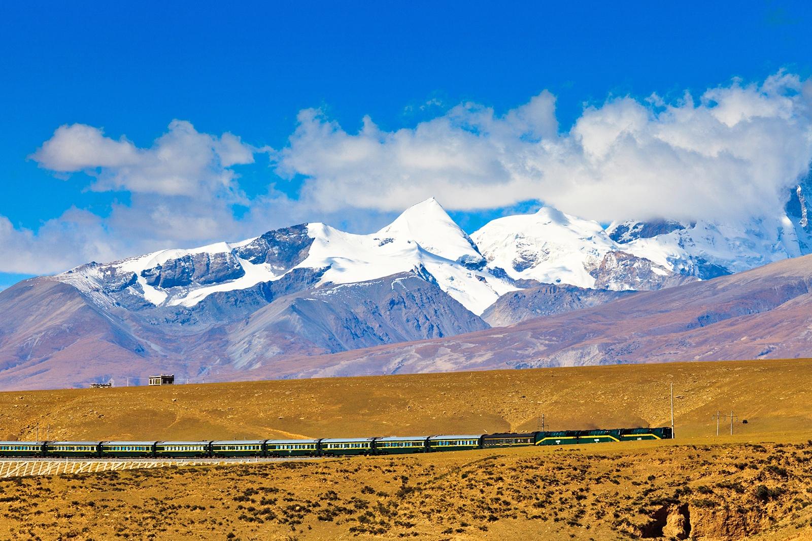 ニェンチェンタンラ山脈をバックに走る青蔵鉄道 中国の鉄道風景
